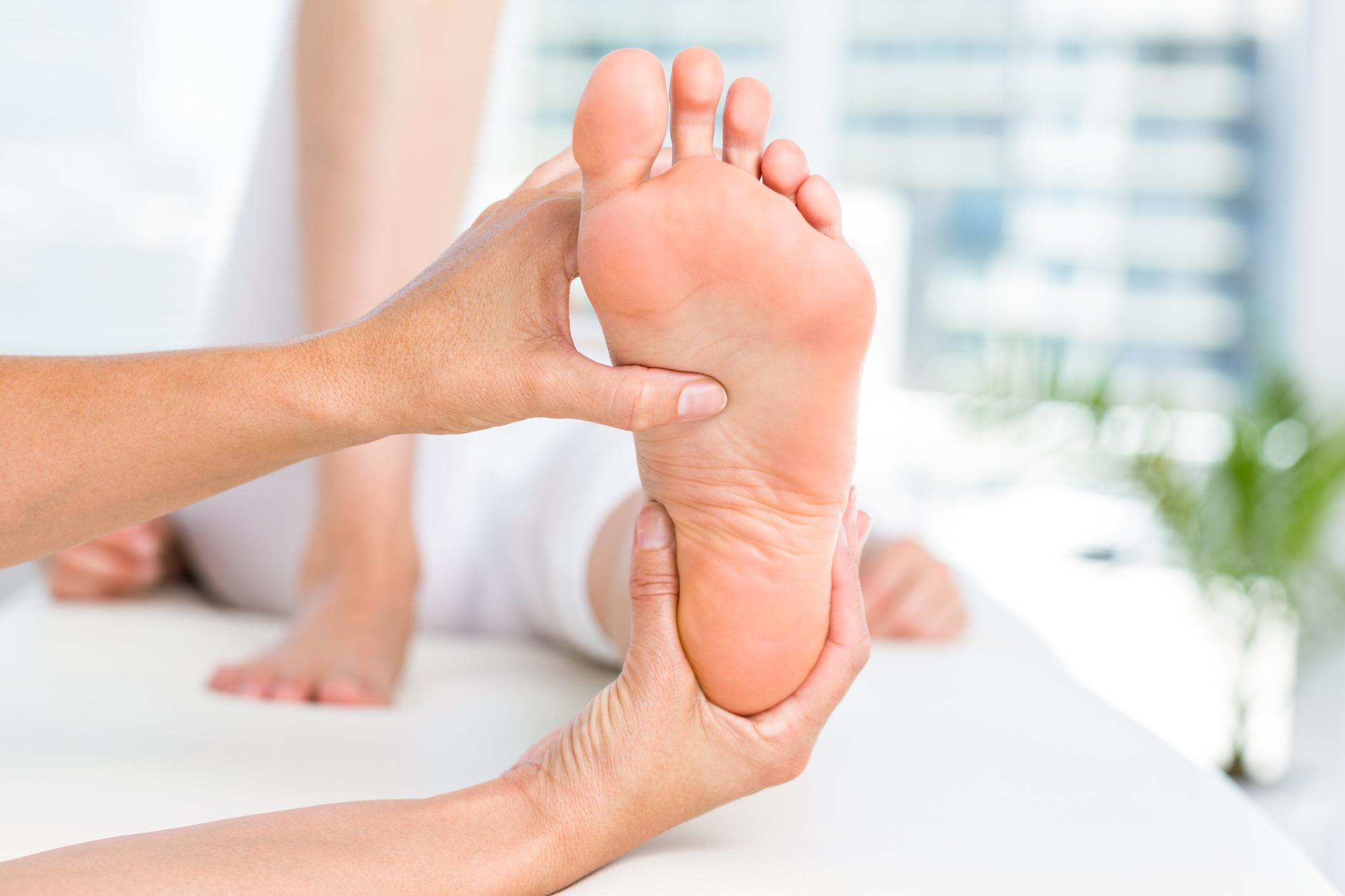 Le persone con i piedi piatti scelgono di mascherare il problema acquistando una semplice soletta invece di identificare la causa principale del problema